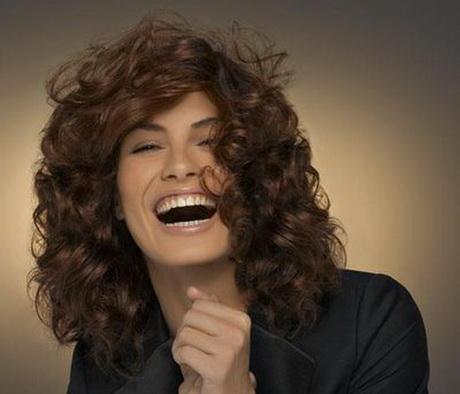 Coupe de cheveux mi long d grad boucl - Cheveux frises mi long ...