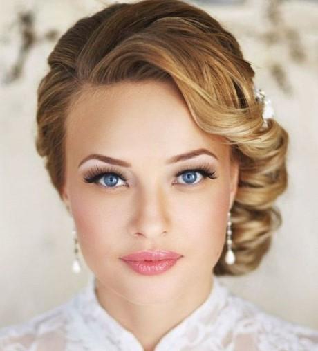 exemple de coiffure mariée avec cheveux courts attaché sur le cote