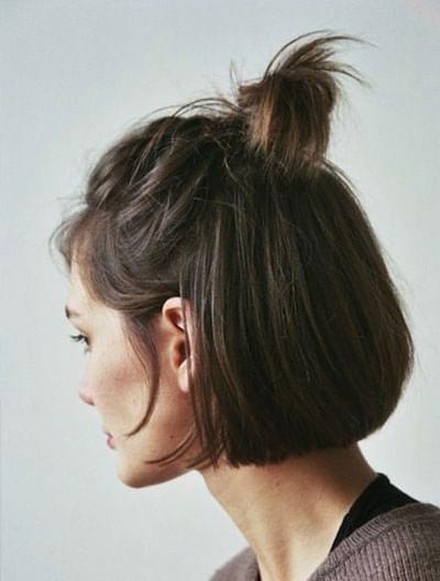 Coiffure cheveux carré attaché