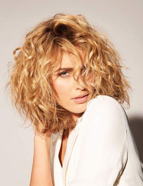 Modele coiffure carre plongeant ondulé
