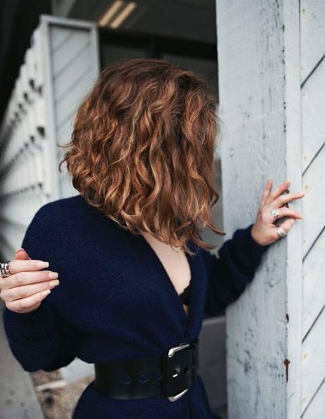 Carré plongeant long cheveux ondulés
