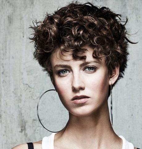 Coiffure cheveux frisés courts femme