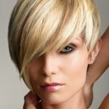 Cheveux blonds courts
