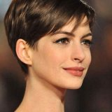 Anne hathaway cheveux courts