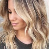 Coupe cheveux blond mi long