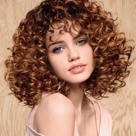 Coiffure cheveux très frisés