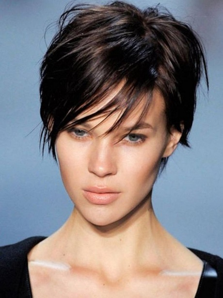 Coupe de cheveux court femme pour visage ovale