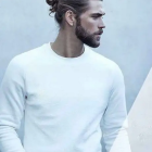 Homme cheveux long attaché