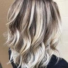 Tie and dye blond cheveux court